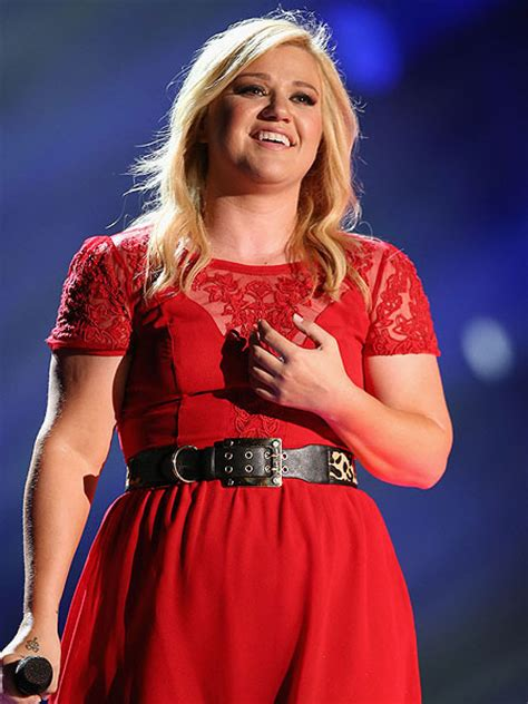 Extra Scoop: Oops! Kelly Clarkson Misplaces Her Engagement